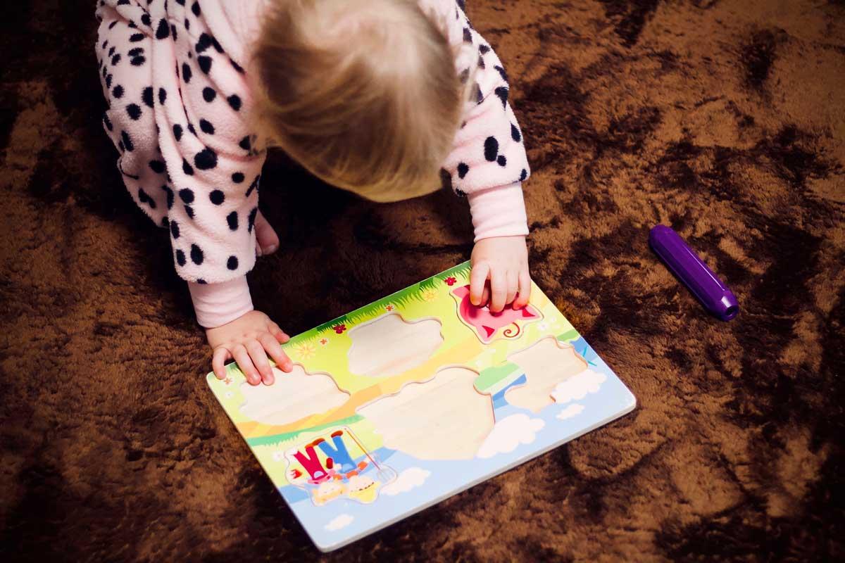 niña haciendo un puzzle