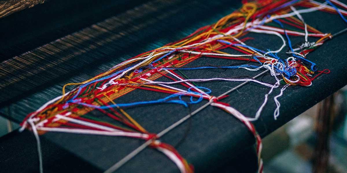 hilos de lanas de colores con nudos