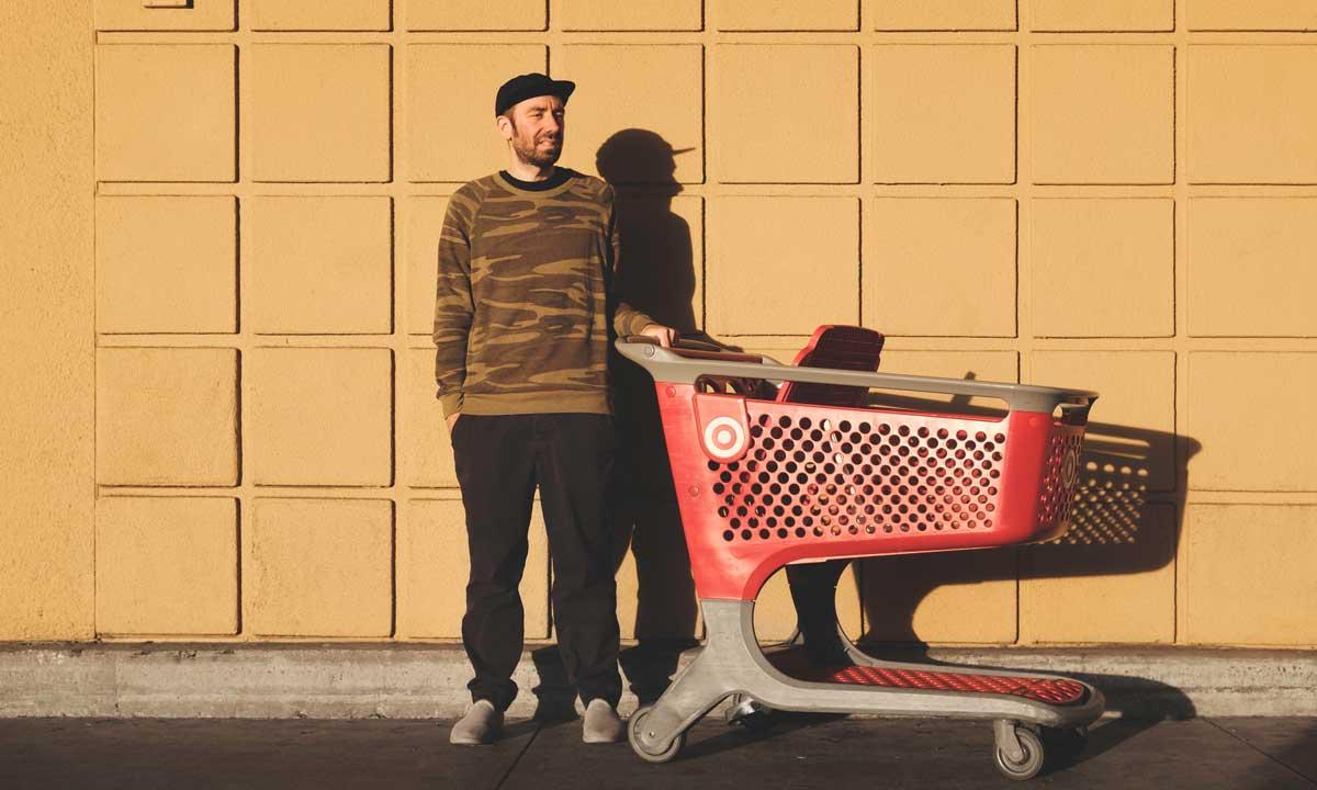 Señor con un carrito de supermercado