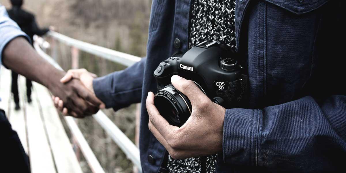 fotógrafo dando la mano