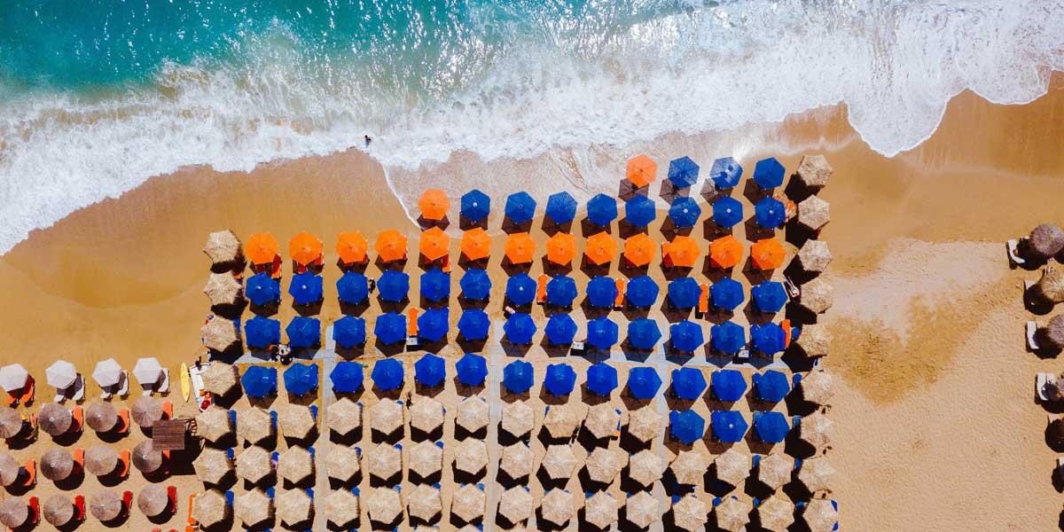 parasoles de colores sobre la playa