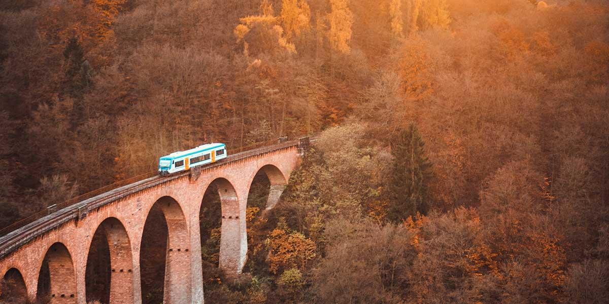 tren eléctrico sobre un puente de arcos