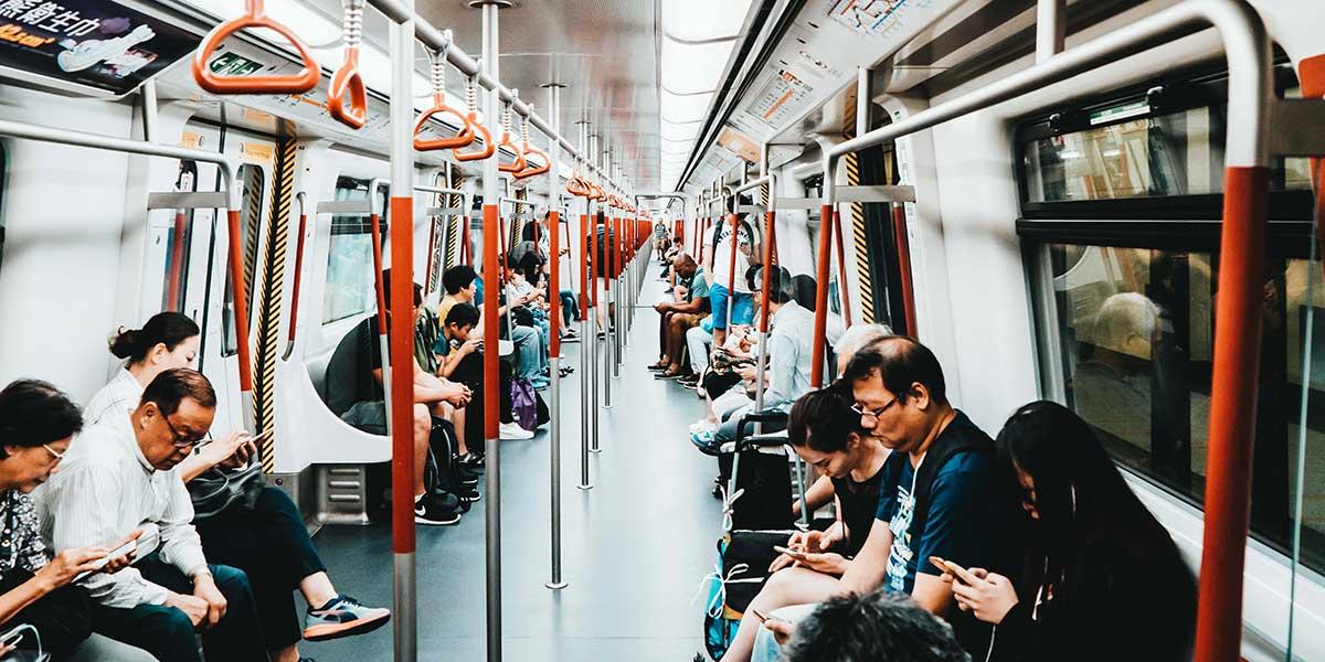 Adictos al smartphone en el metro