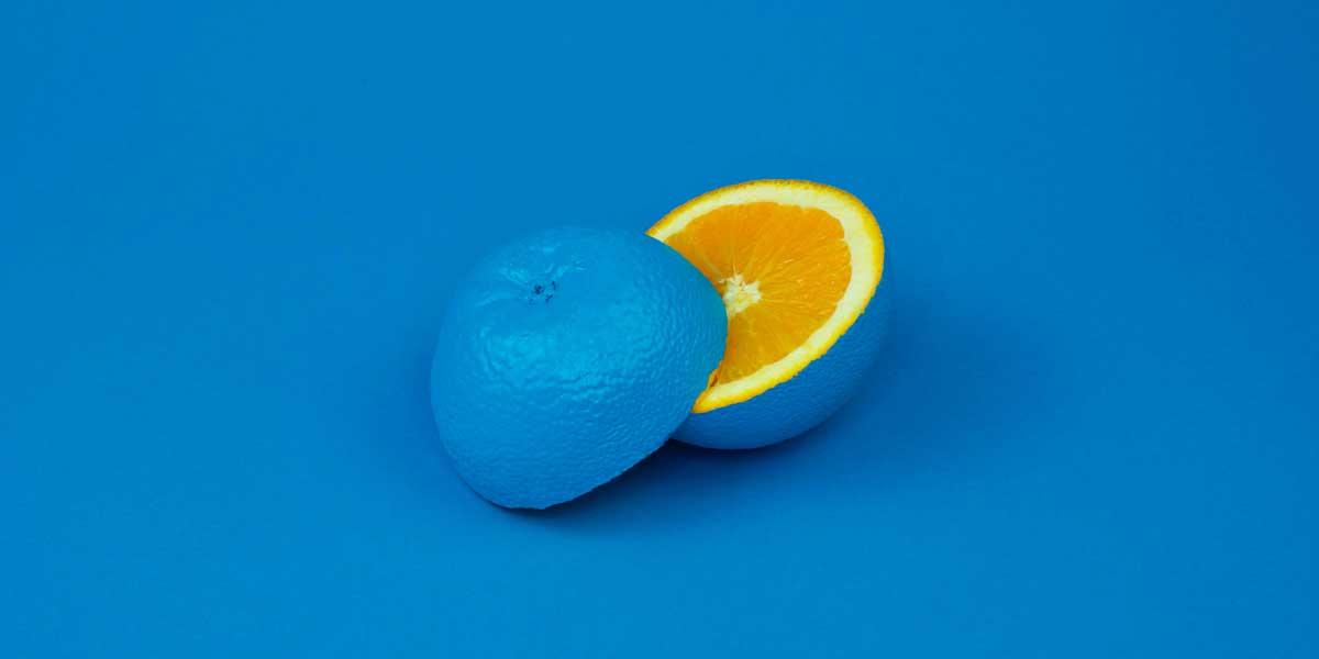 mandarina azul cortada por la mitad