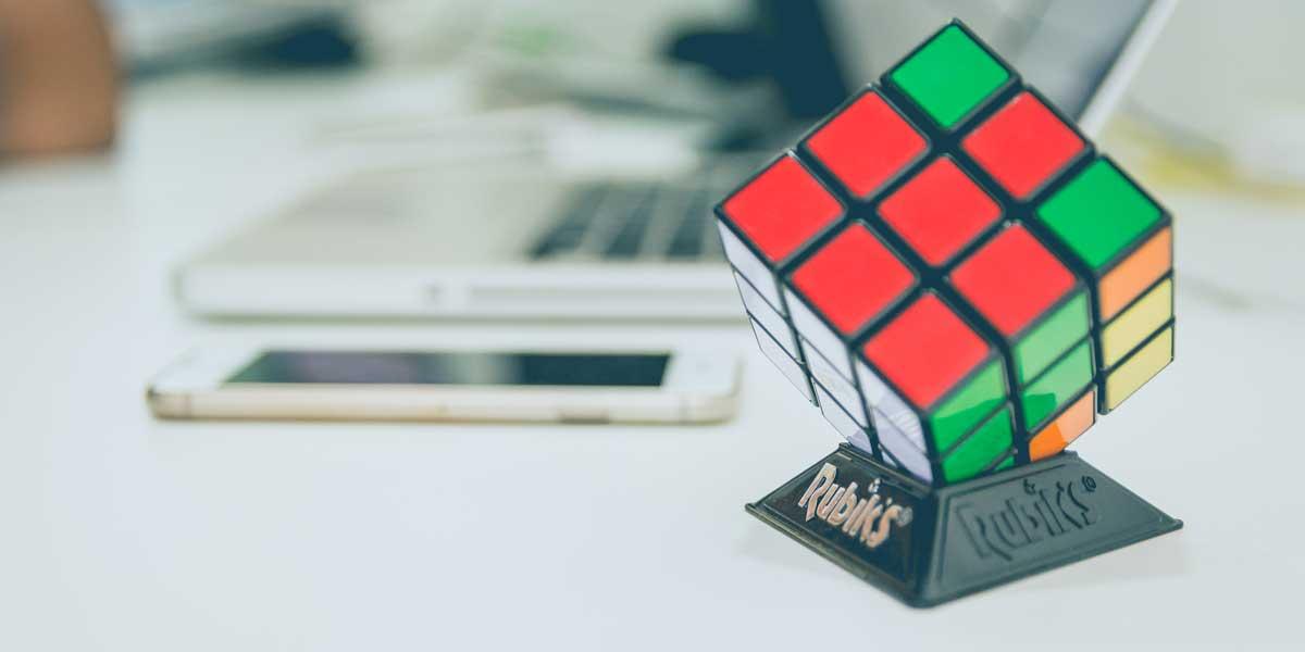 Cubo de Rubik sobre una mesa