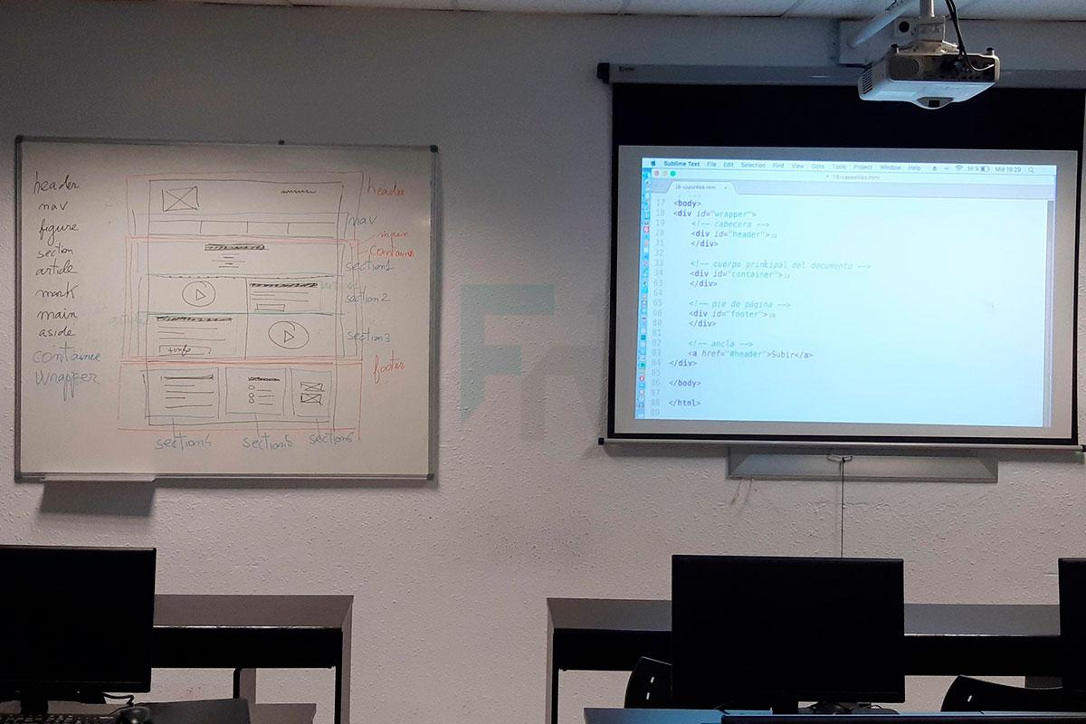 Proyector y pizarra tras una formación sobre web