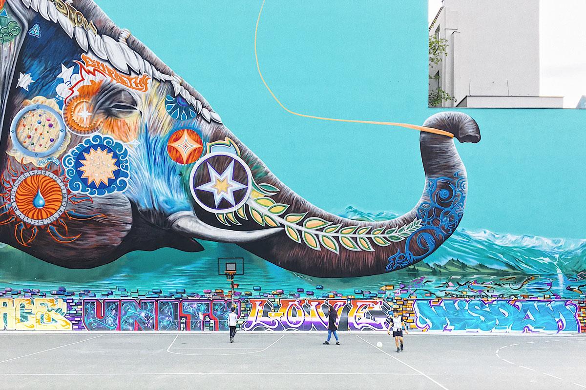 elefante pintado en un mural