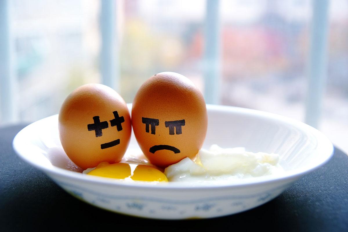 un huevo triste y otro contento