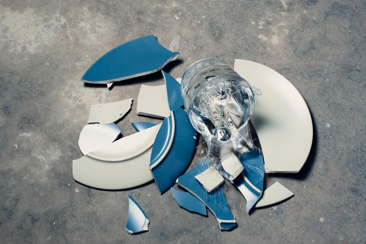 plato roto y vaso derramado