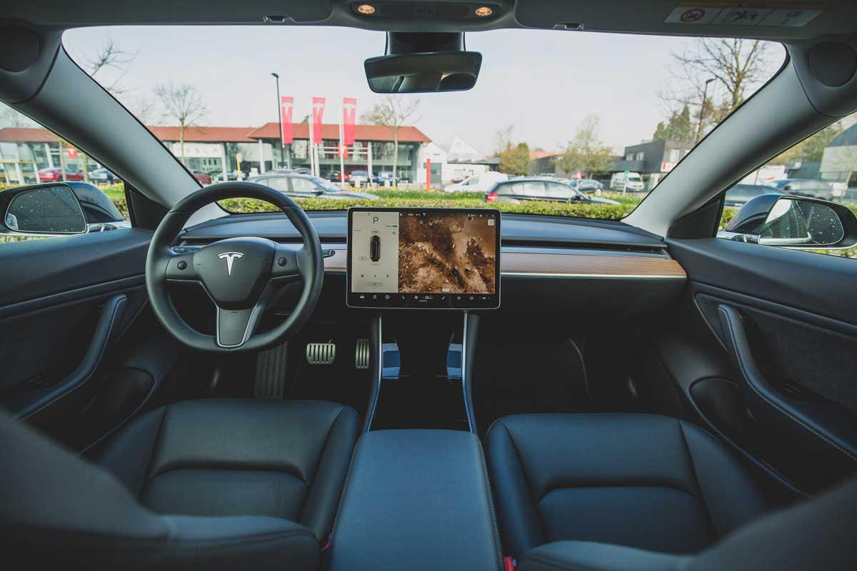 Interior del habitáculo de un vehículo eléctrico Tesla