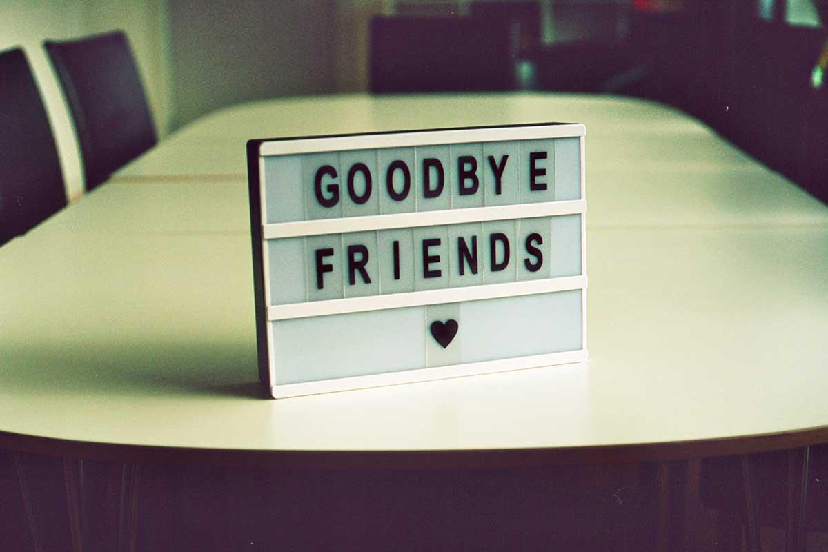 cartel adiós amigos sobre una mesa de reuniones