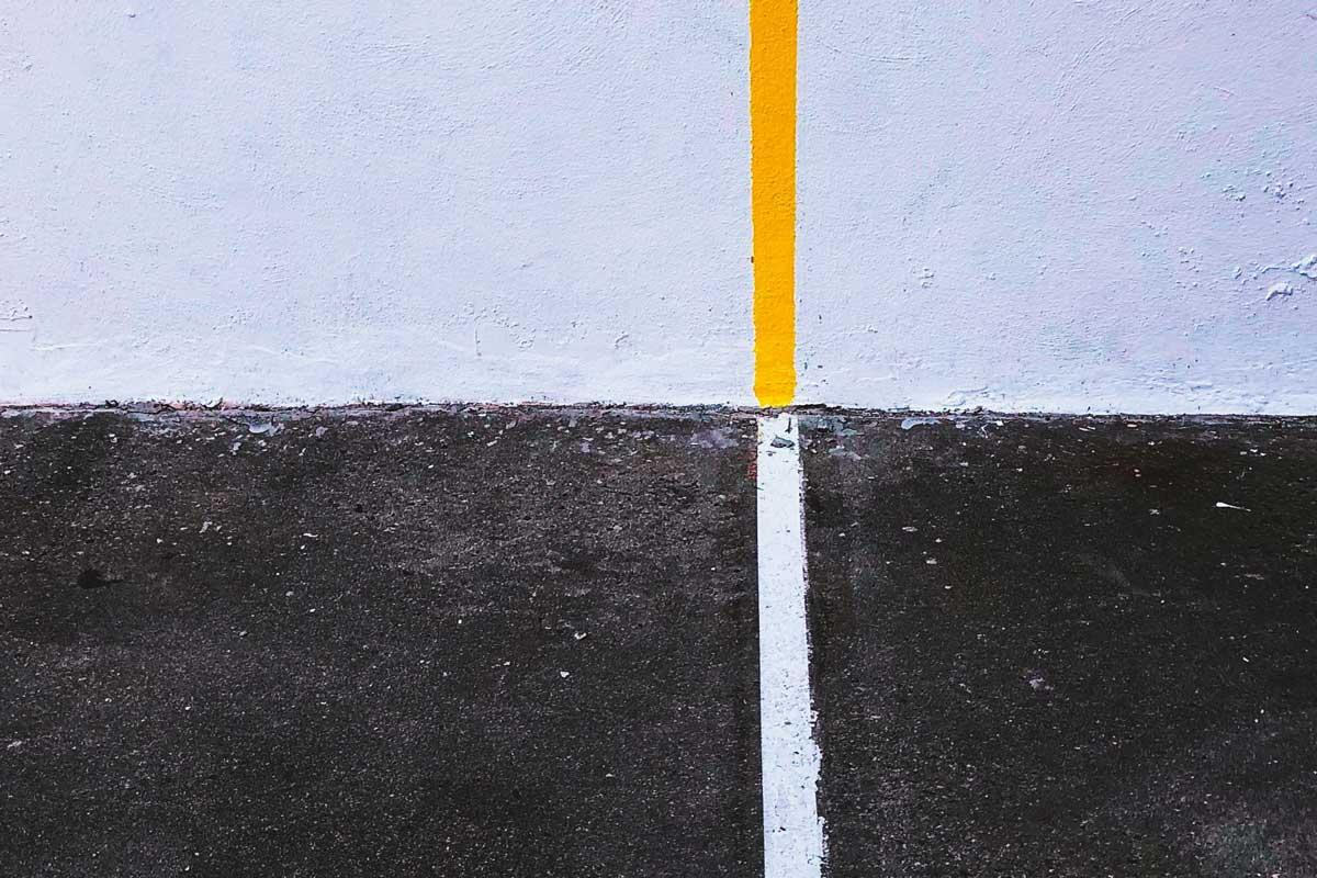 delgada línea amarilla sobre blanco