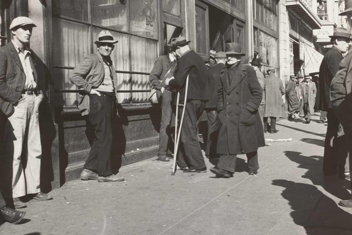 crisis del 29. desempleados buscando trabajo en la calle