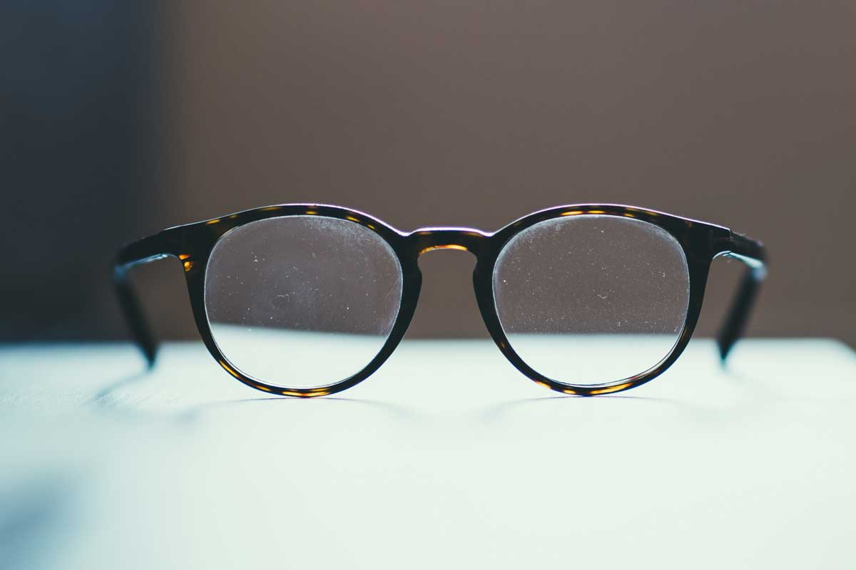 gafas de lectura sobre una mesa