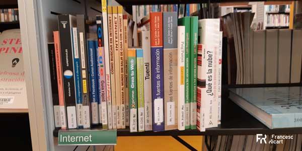 Una estantería en la biblioteca de Tordera.