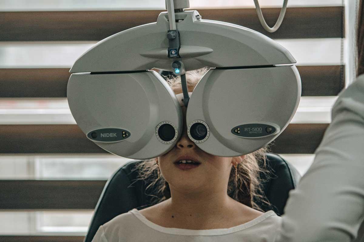 adolescente haciendo una prueba de visión