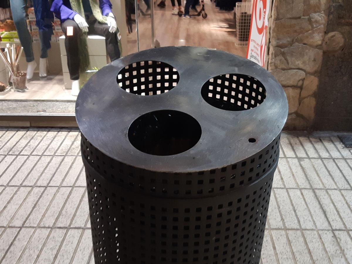 papelera en la calle comercial Calella
