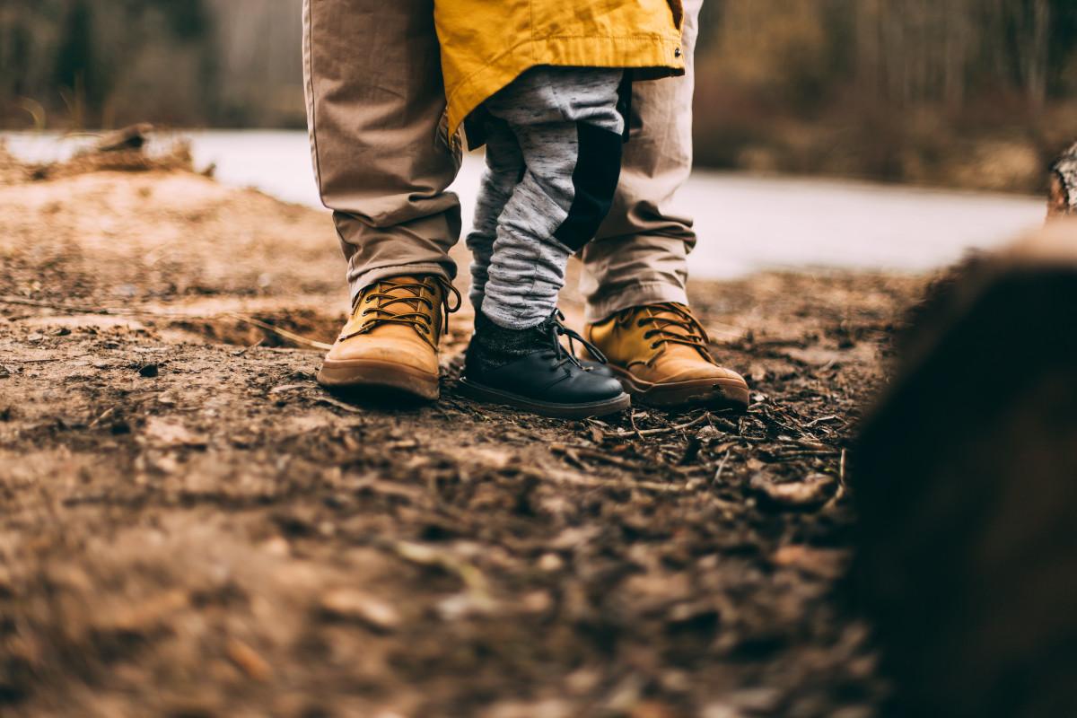 papá con su hijo entre las piernas