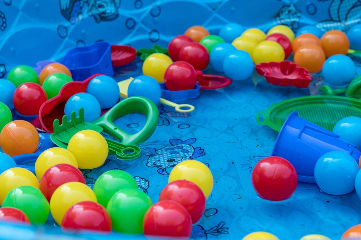 piscina con bolas de plástico